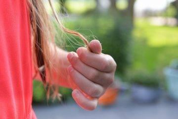 Cosa causa la caduta di capelli